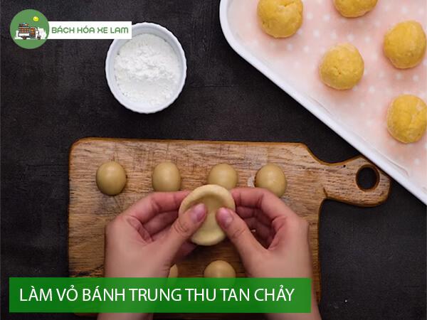 Tạo hình vỏ bánh trung thu trứng muối tan chảy
