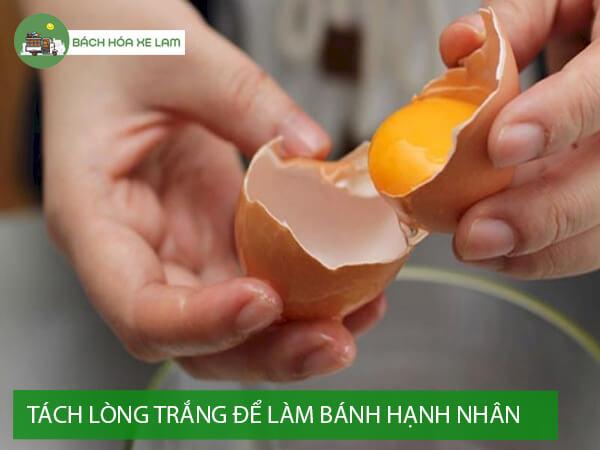 Đánh bông trứng gà làm bánh hạnh nhân