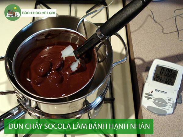 Đun chảy socola làm bánh hạnh nhân