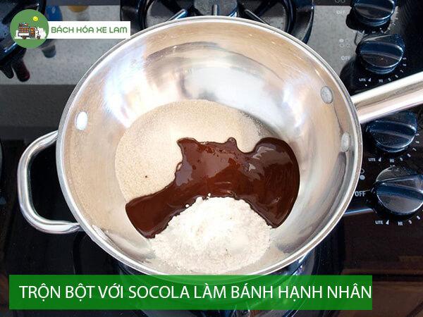 Trộn bột bánh hạnh nhân socola